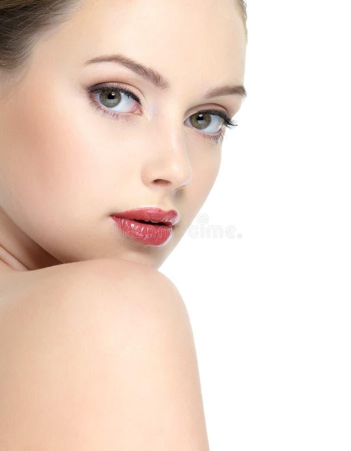 Bello fronte della ragazza con rossetto rosso immagini stock