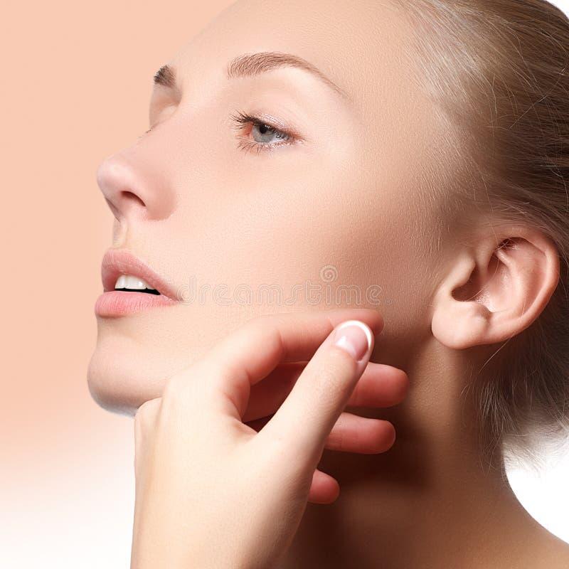 Bello fronte di giovane donna adulta con pelle fresca pulita - Bella ragazza con bella cura di trucco, della gioventù e di pelle fotografia stock