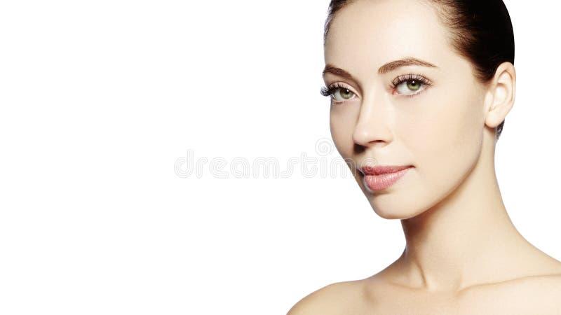 Bello fronte di giovane donna Skincare, benessere, stazione termale Pulisca la pelle molle, sguardo fresco sano Trucco quotidiano fotografia stock