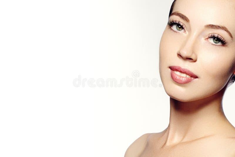Bello fronte di giovane donna Skincare, benessere, stazione termale Pulisca la pelle molle, sguardo fresco sano Trucco quotidiano fotografia stock libera da diritti