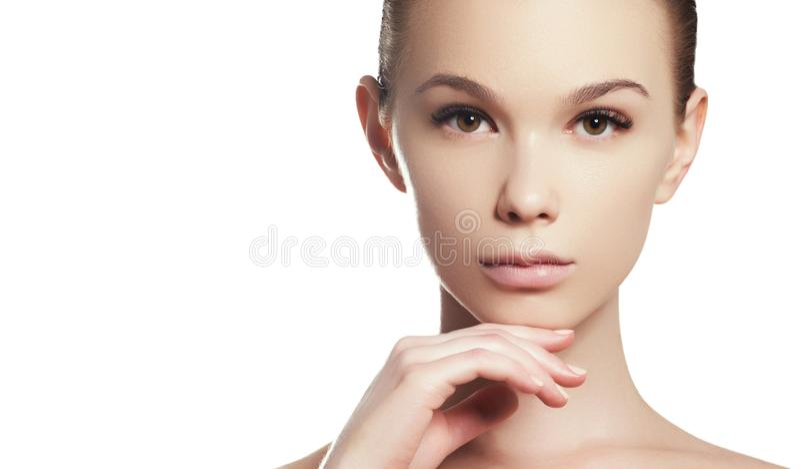 Bello fronte di giovane donna Skincare, benessere, stazione termale Pulisca la pelle molle, sguardo fresco sano Trucco quotidiano fotografie stock