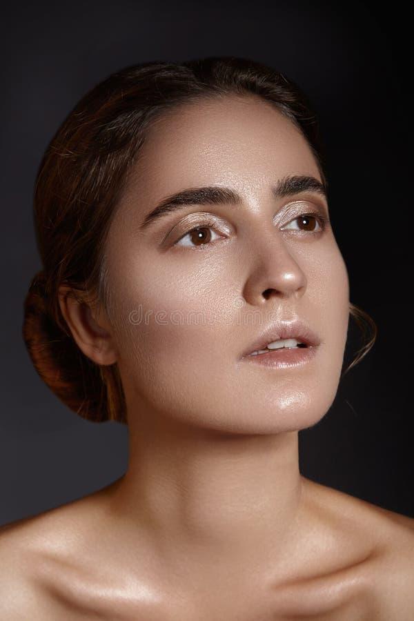 Bello fronte di giovane donna Skincare, benessere, stazione termale Pulisca la pelle molle, sguardo fresco sano Trucco quotidiano fotografie stock libere da diritti