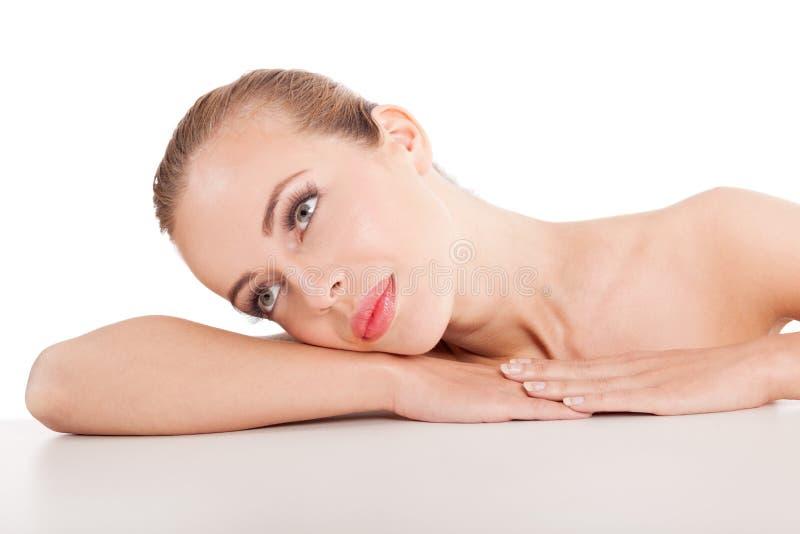 Bello fronte di una donna con pelle pulita - fondo bianco fotografia stock