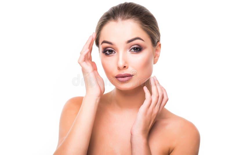 Bello fronte femminile con pelle pura e trucco naturale Ragazza della stazione termale Skincare, sanità isolata sopra fondo bianc fotografia stock libera da diritti