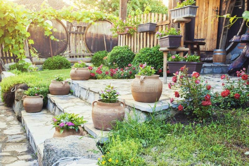 Bello frontyard della casa con i fiori fotografia stock