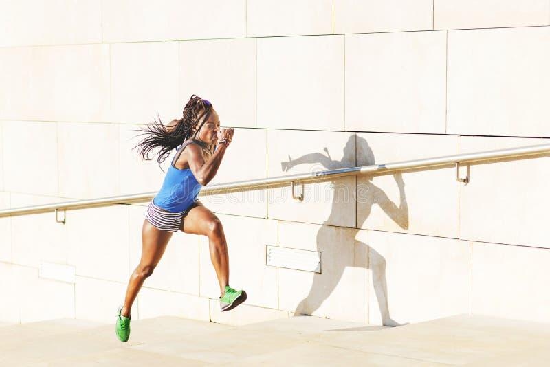 Bello funzionamento africano sportivo sulle scale, concetto della donna di salute fotografia stock libera da diritti