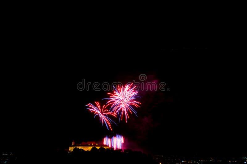 Bello fuoco d'artificio variopinto in città Brno su Spilberk immagine stock