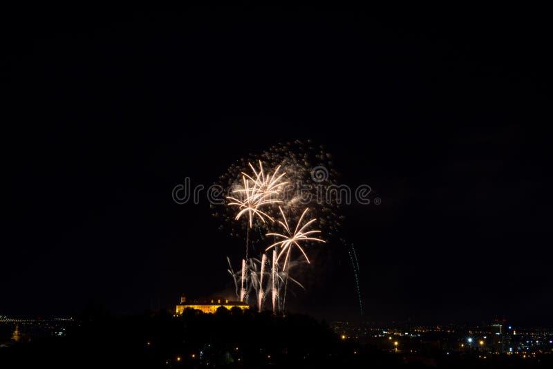 Bello fuoco d'artificio variopinto in città Brno su Spilberk immagine stock libera da diritti