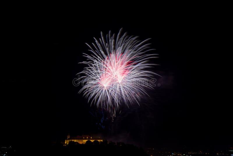 Bello fuoco d'artificio variopinto in città Brno su Spilberk immagini stock