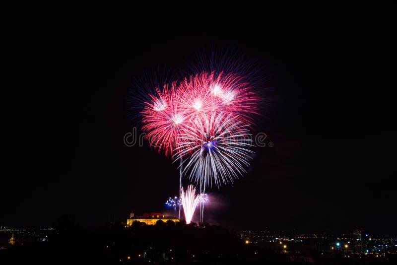 Bello fuoco d'artificio variopinto in città Brno su Spilberk immagini stock libere da diritti