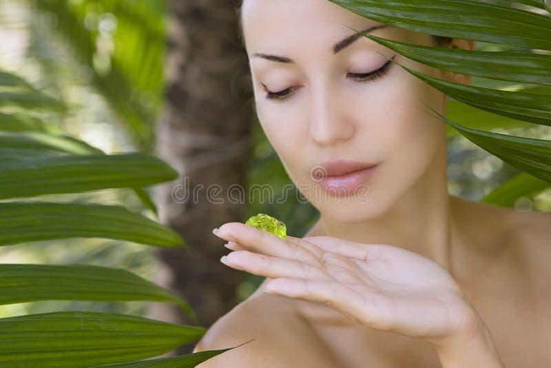 Bello gel di vera dell'aloe della tenuta della donna, cura di pelle e benessere immagini stock libere da diritti