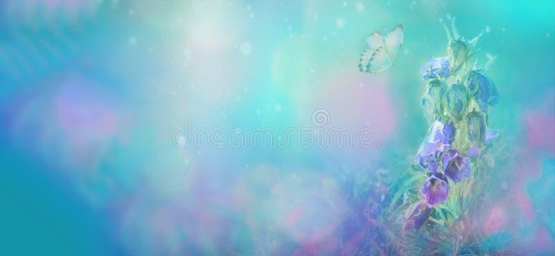 bello germoglio completamente aperto del fiore selvaggio tenero-blu con la farfalla, primo piano Vista panoramica Fondo del blu o illustrazione di stock