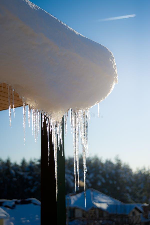 Bello ghiacciolo sul tetto della neve fotografia stock