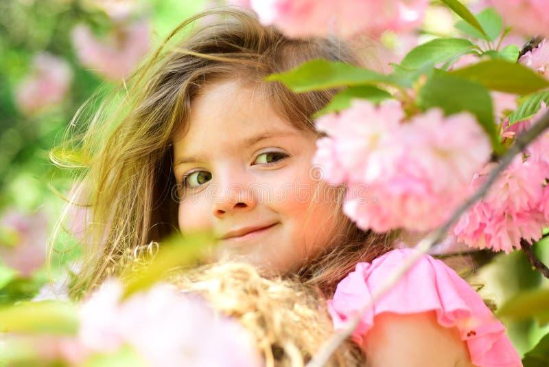 Bello giardiniere Modo della ragazza di estate Infanzia felice Bambina in molla soleggiata Piccolo bambino Bellezza naturale fotografia stock