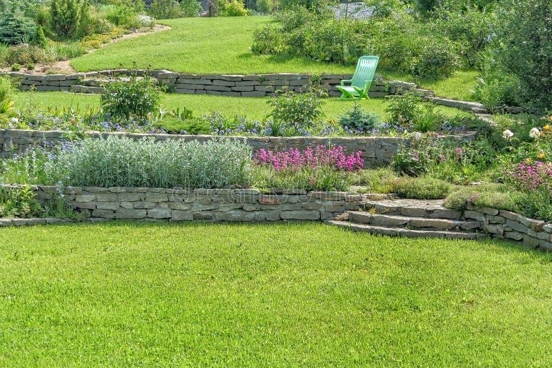 Bello giardino di fioritura un giorno di estate soleggiato fotografia stock