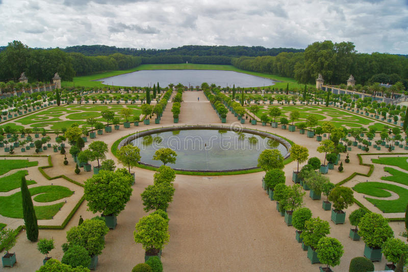 Bello giardino nel palazzo di Versailles fotografia stock
