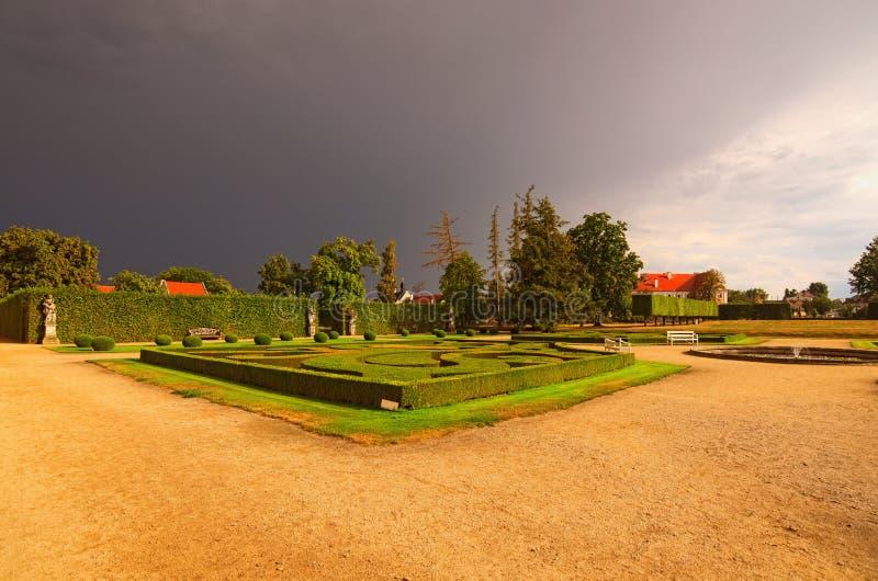 Bello giardino in palazzo barrocco famoso Jaromerice nad Rokytnou contro le nuvole temporalesche scure immagine stock