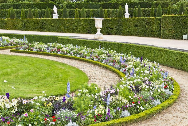 Bello giardino in un palazzo famoso Versailles immagine stock