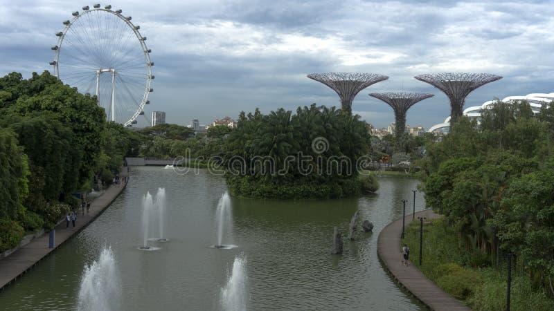 Bello giardino verde futurustic dello spazio dalla baia accanto alla vista del lago della baia del porticciolo a Singapore immagini stock libere da diritti