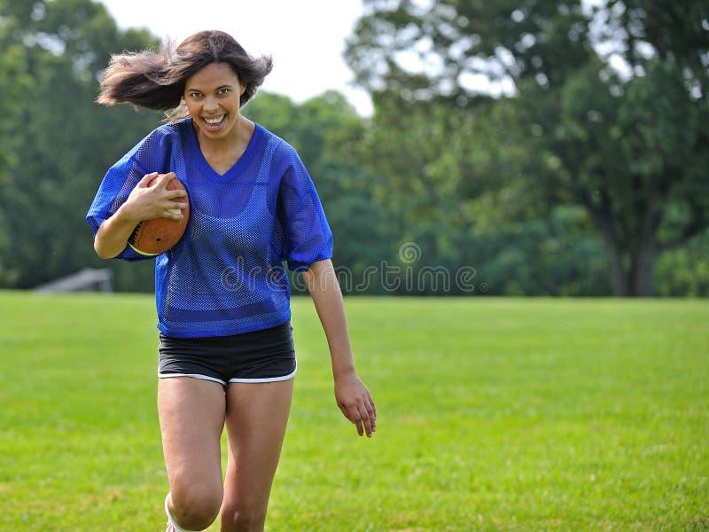 Bello giocatore di football americano femminile biracial fotografie stock libere da diritti