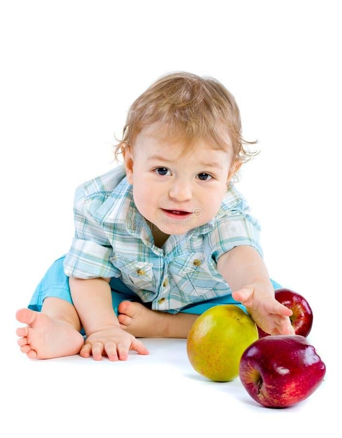 Bello gioco del neonato con le mele verdi e rosse. fotografie stock libere da diritti