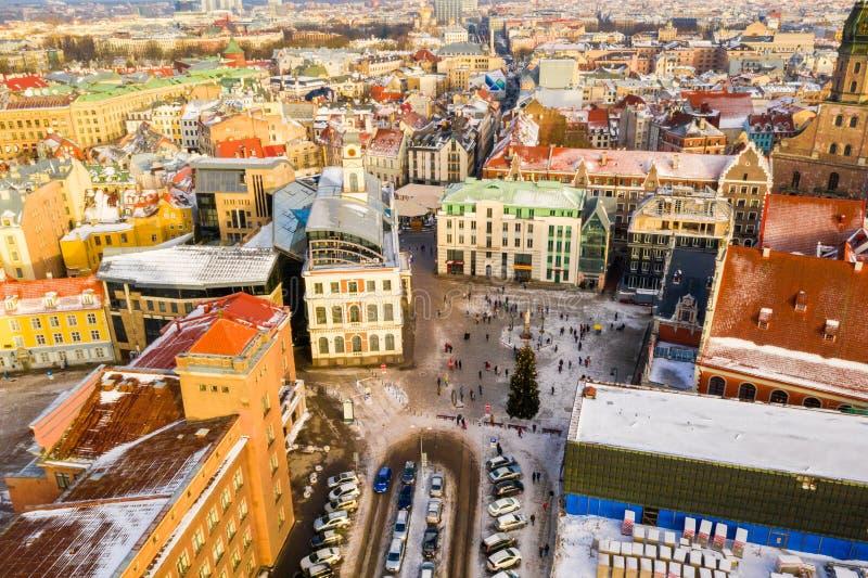 Bello giorno di inverno aereo sopra la vecchia città di Riga Giorno di inverno soleggiato immagini stock libere da diritti