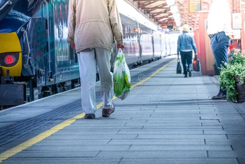 Bello giorno, la gente che va alla stazione della metropolitana viaggiare fotografia stock