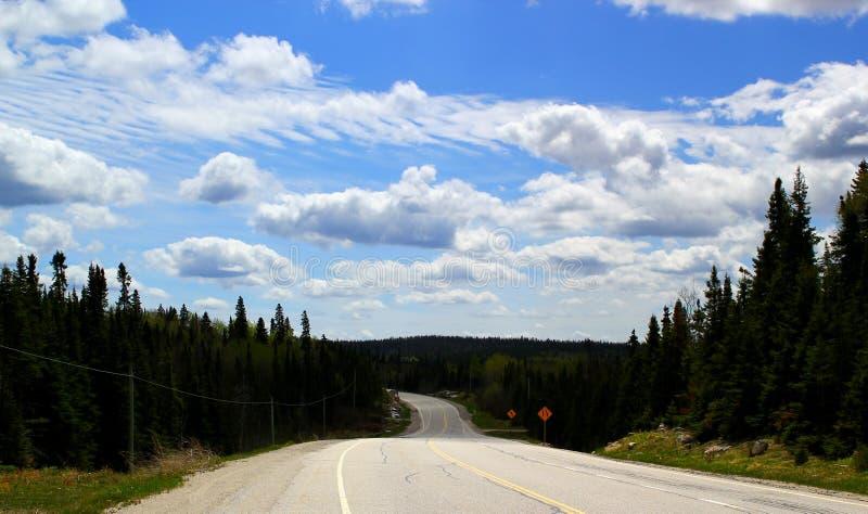 Bello giorno per un viaggio stradale: Strada principale scenica vicino al lago Superiore Ontario/Canada immagine stock