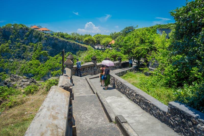 Bello giorno soleggiato affinchè turisti visitino il tempio stupefacente di Uluwatu in Bali, l'Indonesia fotografia stock