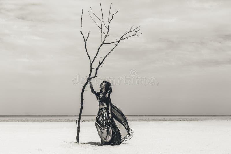 Bello giovane ballerino tribale alla moda Donna in costume orientale che balla all'aperto fotografie stock