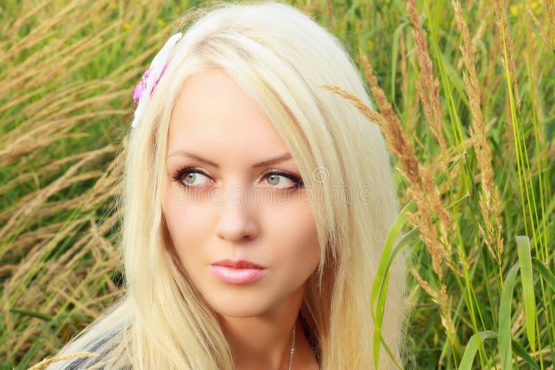 Bello giovane blonde sulla natura immagini stock
