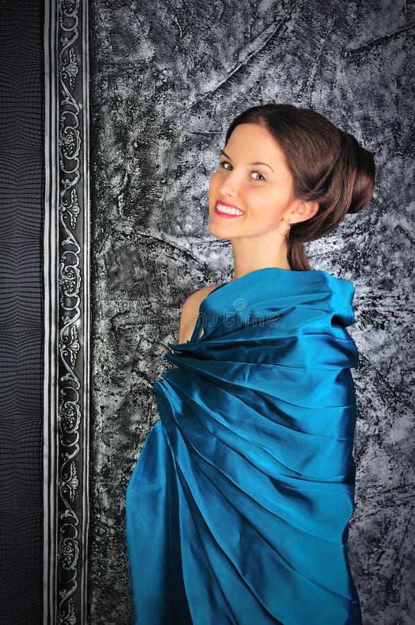 Bello giovane brunette in vestito blu dall'annata fotografie stock