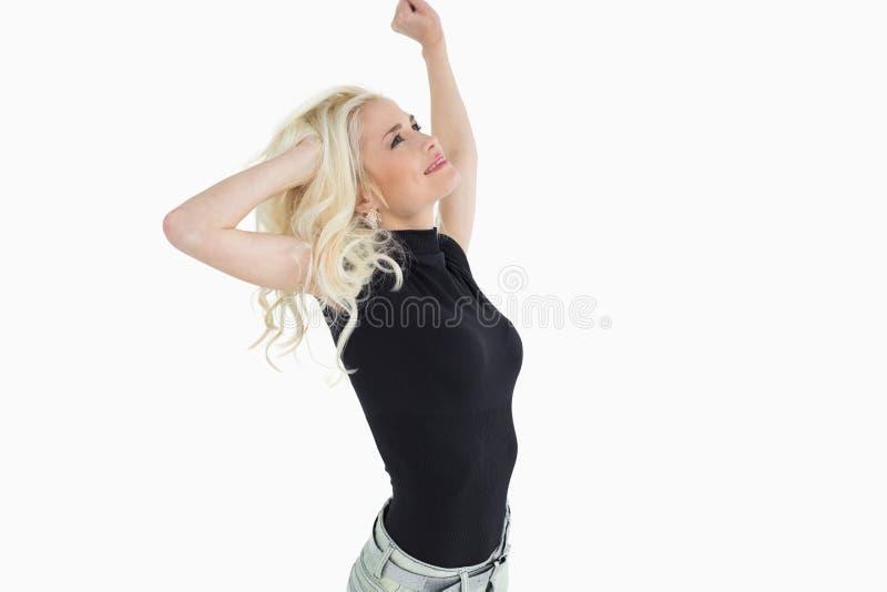 Bello giovane dancing biondo casuale fotografie stock libere da diritti