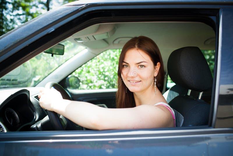 Bello giovane driver femminile fotografia stock libera da diritti