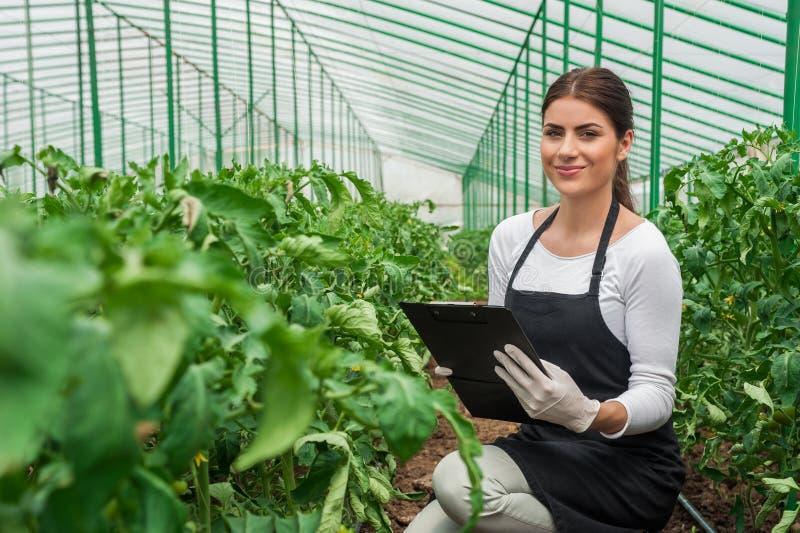 Bello giovane giardiniere femminile fotografia stock libera da diritti