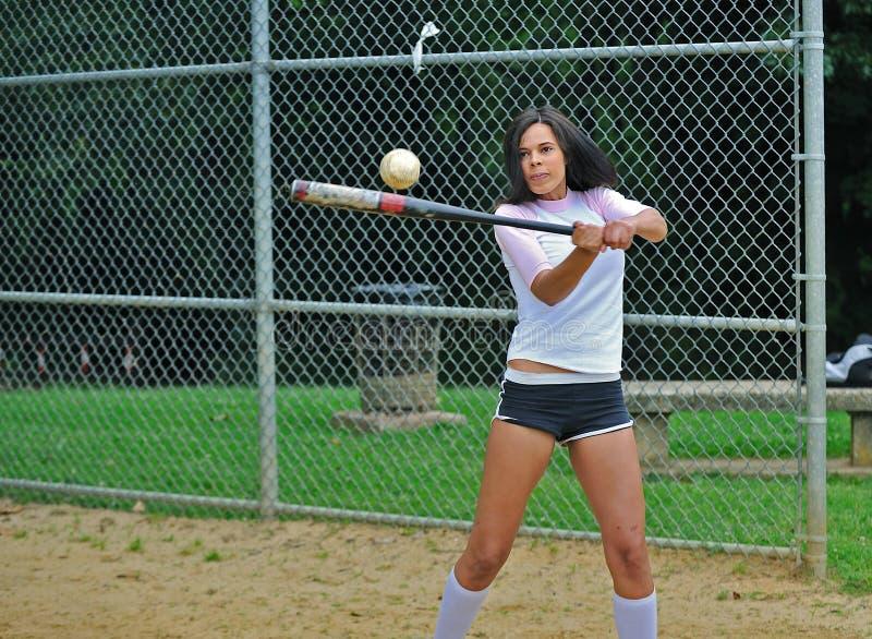 Bello giovane giocatore di softball femminile biracial immagine stock