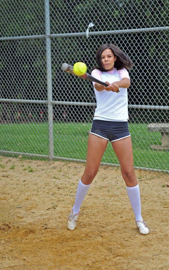 Bello giovane giocatore di softball femminile biracial fotografia stock