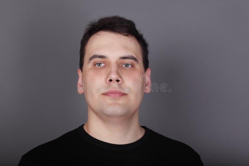 Bello giovane in maglietta nera fotografia stock libera da diritti