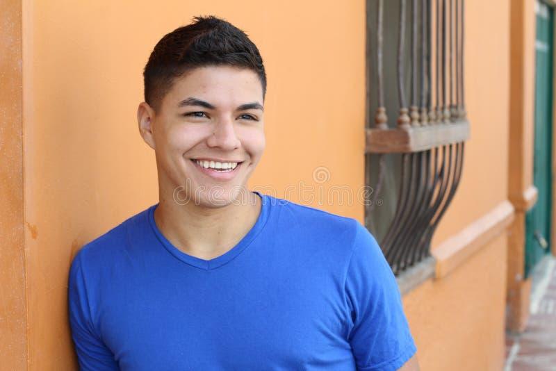 Bello giovane maschio etnico che sorride con lo spazio della copia immagini stock libere da diritti