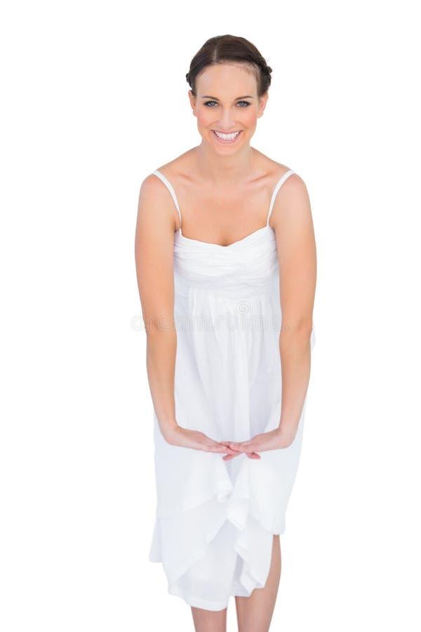 Bello giovane modello allegro nell'allungamento bianco del vestito immagini stock