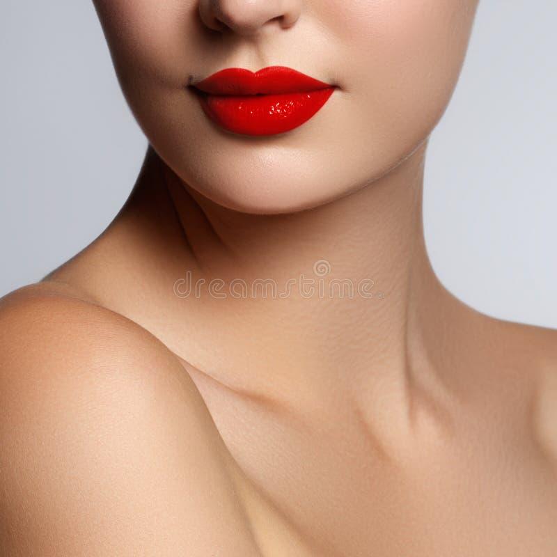 Bello giovane modello con le labbra rosse ed il manicure francese Parte del fronte femminile con le labbra rosse Primo piano spar fotografia stock libera da diritti