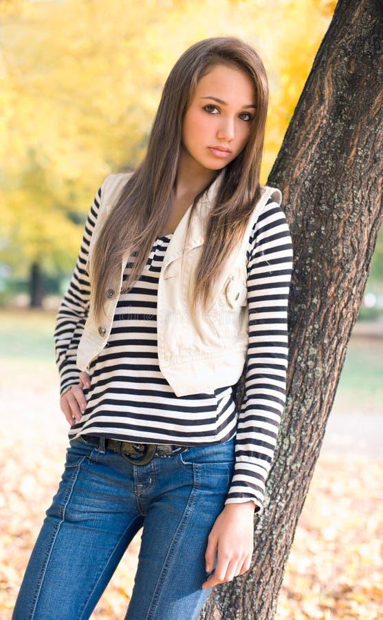 Bello giovane modello nella sosta. fotografie stock