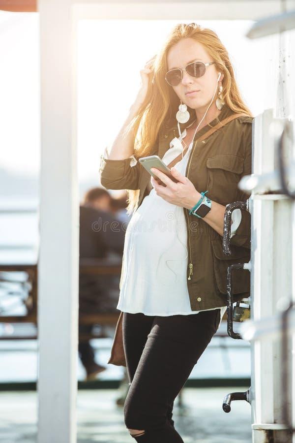 Bello giovane ritratto della donna incinta sul traghetto fotografia stock