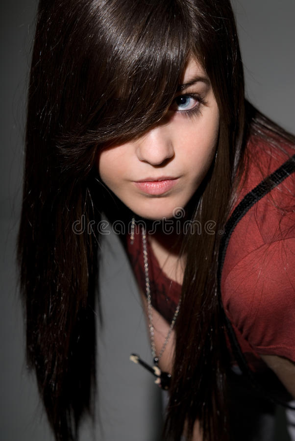 Bello giovane ritratto femminile di modo su grey fotografia stock