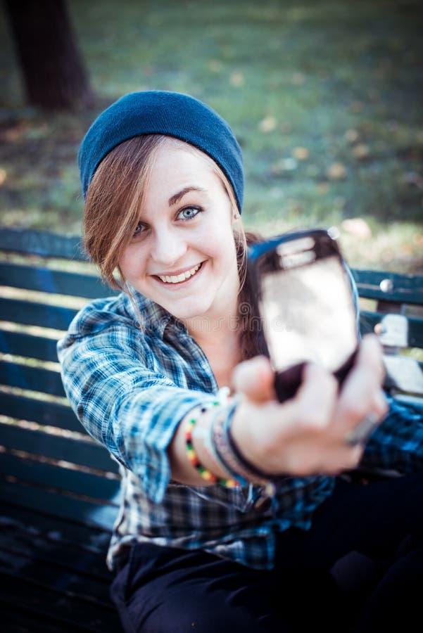 Bello giovane selfie biondo della donna dei pantaloni a vita bassa fotografia stock libera da diritti