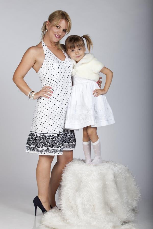 Bello giovane sorridere della figlia e della madre immagini stock libere da diritti