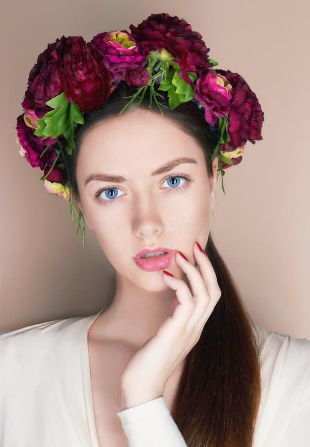 Bello giovane womanl con l'acconciatura dei fiori fotografie stock