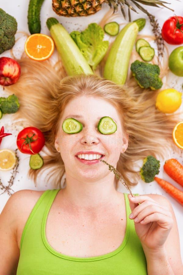 Bello giovane womanl, lotti della frutta e verdure fotografia stock libera da diritti