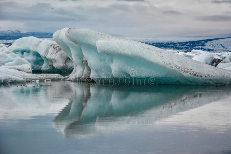 Bello grande iceberg blu che galleggia in Jokulsarlon glaciale, Icel immagini stock