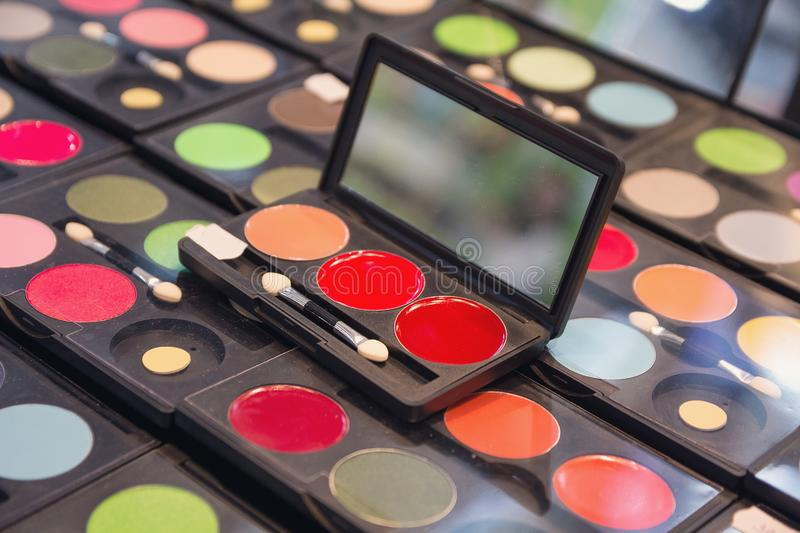 Bello grande insieme professionale multicolore di trucco dell'occhio variopinto differente immagine stock